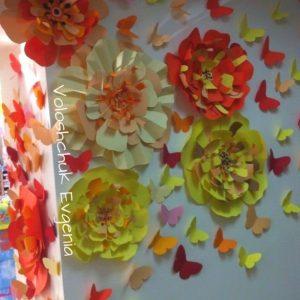stend-iz-bumazhnyx-cvetov 5