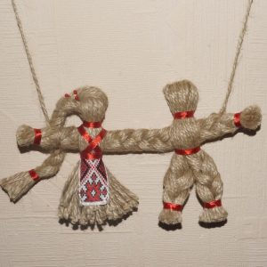 Кукла-сувенир из ниток в народном стиле